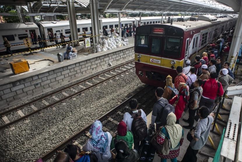 Penumpang menunggu kedatangan kereta di peron 4 jalur rel dwiganda Stasiun Jatinegara, Jakarta, Jumat (12/4/2019).