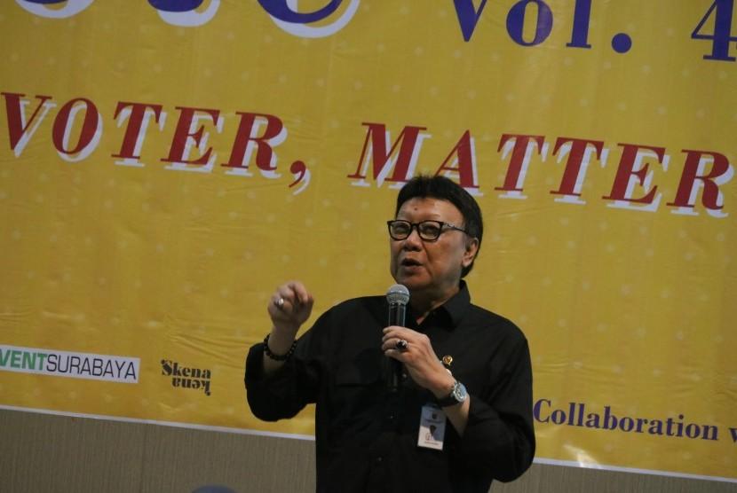 Menteri Dalam Negeri Tjahjo Kumolo memberikan pemaparan saat acara diskusi i-Vote Volume 4 di Universitas Surabaya (Ubaya), Surabaya, Jawa Timur, Jumat (12/4/2019).