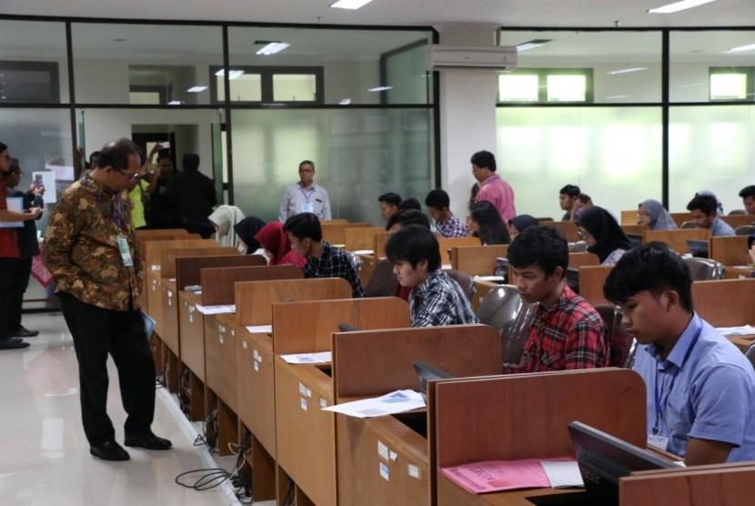 Rektor Universitas Sebelas Maret (UNS) Solo memantau pelaksanaan Ujian Tulis Berbasis Komputer (UTBK) hari pertama pada Sabtu (13/4).