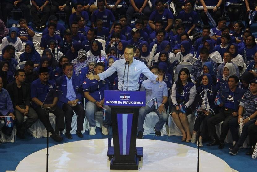 Komandan Komando Tugas Bersama (Kogasma) Partai Demokrat Agus Harimurti Yudhoyono (tengah).