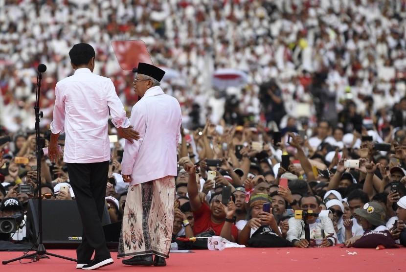 Calon Presiden nomor urut 01 Joko Widodo (kiri) bersama calon Wakil Presiden nomor urut 01 Maruf Amin (kanan) saat Konser Putih Bersatu di Stadion Utama GBK, Jakarta, Sabtu (13/4/2019).