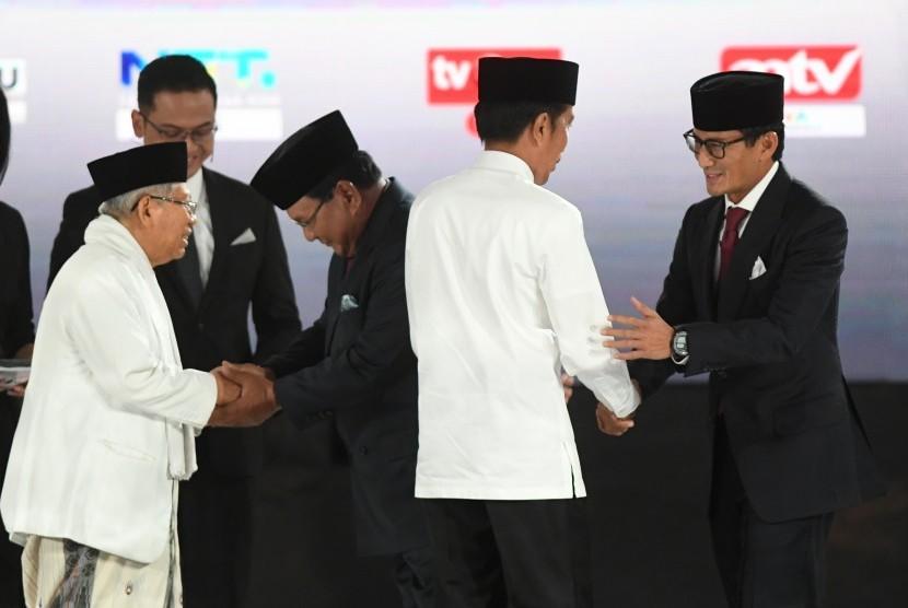 Pasangan capres-cawapres nomor urut 01 Joko Widodo (kedua kiri) dan Ma'ruf Amin (kiri) serta pasangan nomor urut 02 Prabowo Subianto (kedua kanan) dan Sandiaga Uno (kanan) bersiap mengikuti debat kelima Pilpres 2019 di Hotel Sultan, Jakarta, Sabtu (13/4/2019).