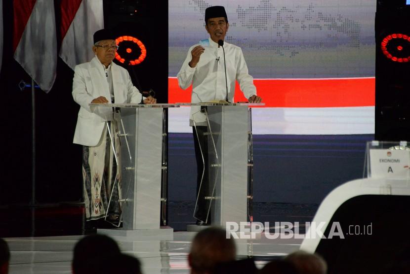 Pasangan capres-cawapres nomor urut 01 Joko Widodo (kiri) dan Ma'ruf Amin mengikuti debat kelima Pilpres 2019 di Hotel Sultan, Jakarta, Sabtu (13/4/2019).