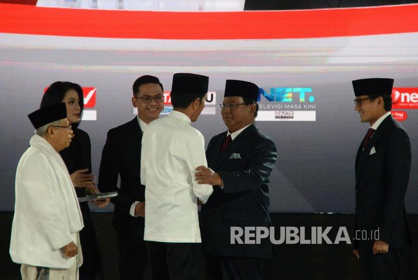Pasangan capres nomor urut 01 Joko Widodo berjabat tangan dengan capres nomor urut 02 Prabowo Subianto sebelmum mengikuti debat kelima Pilpres 2019 di Hotel Sultan, Jakarta, Sabtu (13/4/2019).