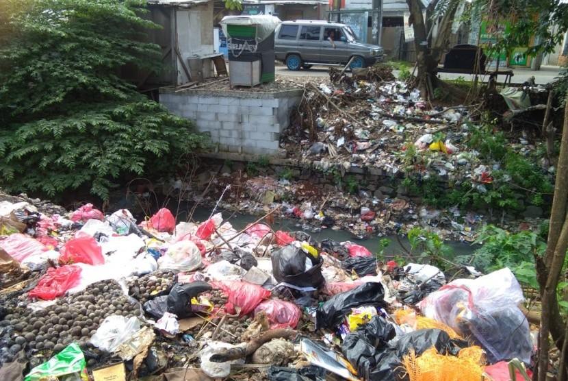 Tumpukan sampah di pinggir sungai kalibaru,  Tambun Selatan, Kabupaten Bekasi