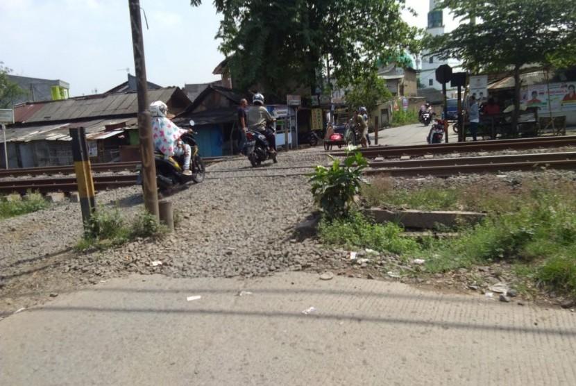Perlintasan Kereta Api tanpa palang pintu, Tambun Selatan, Kabupaten Bekasi.