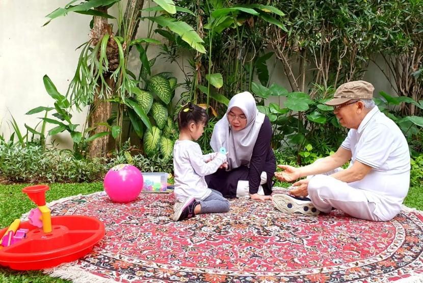 Cawapres nomor urut 01, KH Ma'ruf Amin dan istrinya, Nyai Wury Estu Handayani mengisi masa tenang kampanye Pilpres 2019 dengan bermain bersama cucunya di Taman Kodok, Menteng, Jakarta Pusat, Senin (15/4).