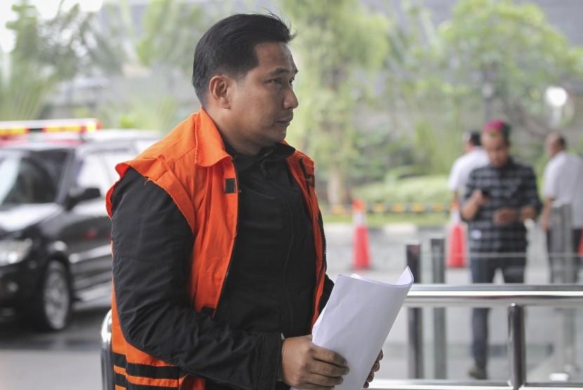 Tersangka kasus dugaan suap distribusi pupuk, Bowo Sidik Pangarso bersiap menjalani pemeriksaan di gedung KPK, Jakarta, Senin (15/4/2019).