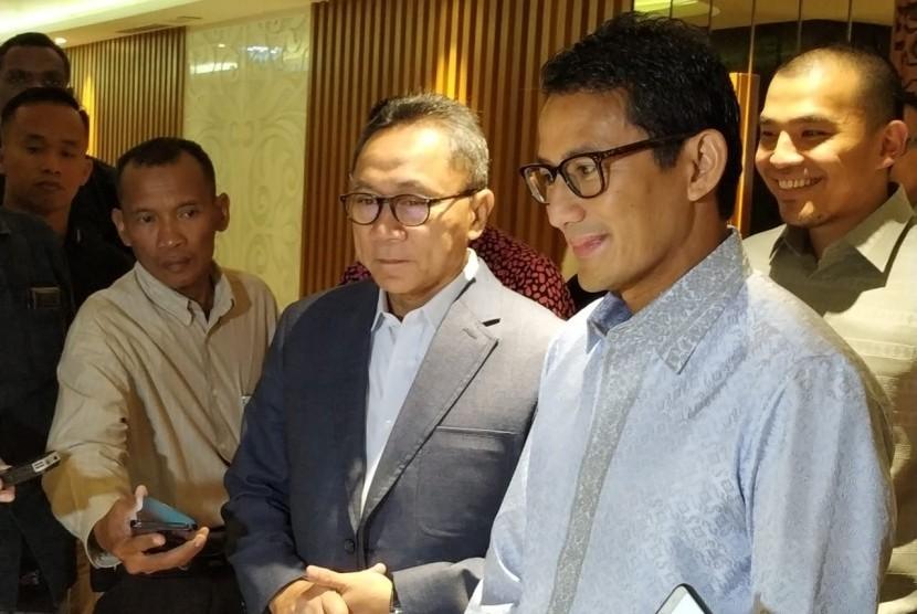 Calon wakil presiden (cawapres) nomor urut 02 Sandiaga Salahuddin Uno usai menemui Ketua MPR Zulkifli Hasan di Kompleks Parlemen Senayan, Jakarta, Selasa (16/4).