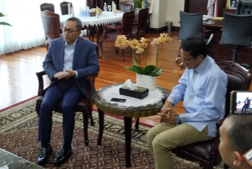 Calon wakil presiden (cawapres) nomor urut 02 Sandiaga Salahuddin Uno bersalaman dengan Ketua MPR RI Zulkifli Hasan saat tiba di Kompleks Parlemen Senayan, Jakarta, Selasa (16/4).