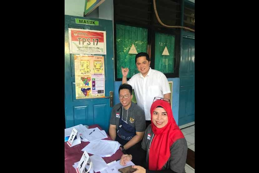 Ketua TKN Erick Thohir melakukan pencoblosan dalam Pemilu 2019 di TPS 17, Gudang Peluru, Tebet, Jakarta Selatan, Rabu (17/4/2019).