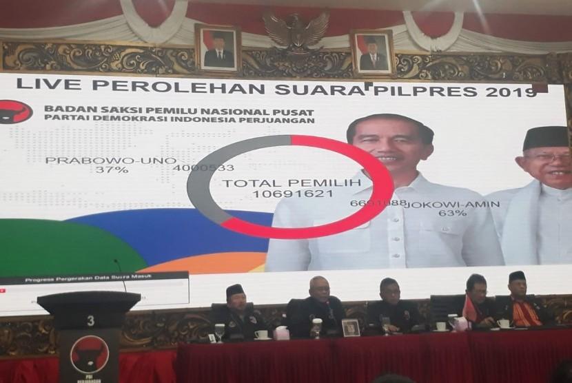 Badan Saksi Pemilu Nasional Pusat PDI Perjuangan mempublikasikan data perolehan suara Pemilihan Presiden 2019 versi PDIP di Kantor DPP PDIP, Jalan Diponegoro, Menteng, Jakarta, Jumat (19/4).