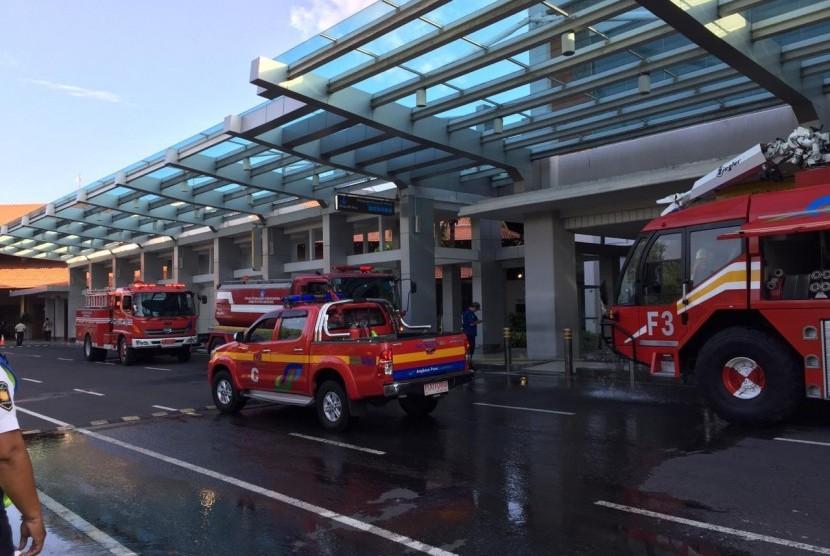 Area terminal domestik Bandara Internasional Ngurah Rai, Bali mengalami kebakaran, Jumat (19/4). Petugas aviation security (avsec) bandara berhasil memadamkan api 30 menit setelah terjadinya insiden tersebut.