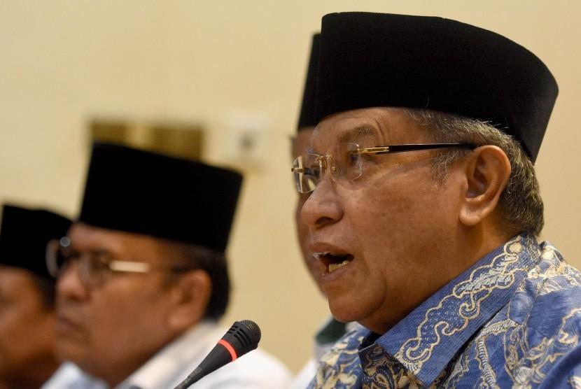 Ketua Umum Pengurus Besar Nahdlatul Ulama (PBNU) yang juga Ketua Lembaga Persahabatan Ormas Islam (LPOI) KH Said Aqil Siroj (kanan).