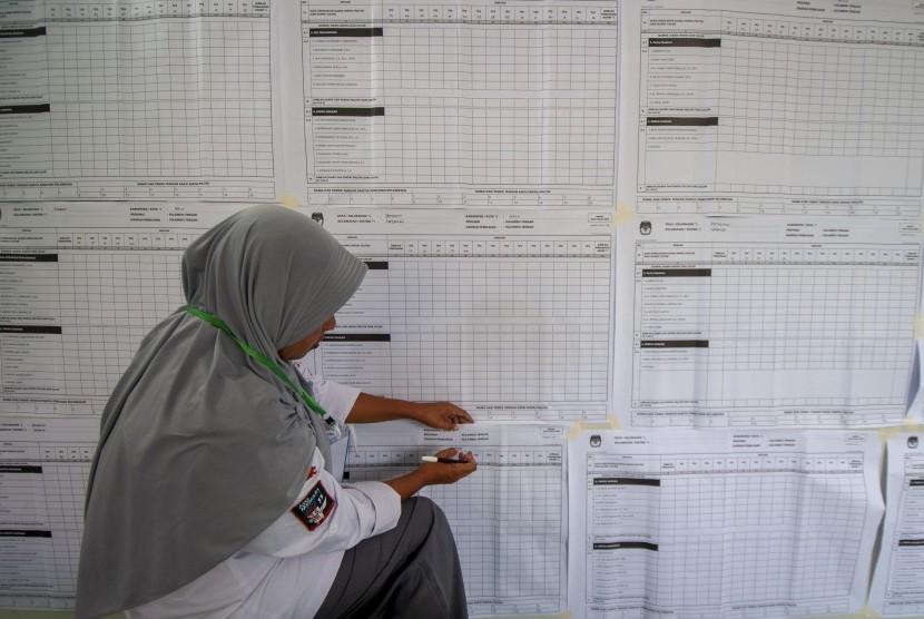 Petugas Panitia Pemilihan Kecamatan (PPK) menyiapkan bahan untuk rekapitulasi suara tingkat kecamatan di Kantor Kecamatan Tatanga, Palu, Sulawesi Tengah, Sabtu (20/4/2019).