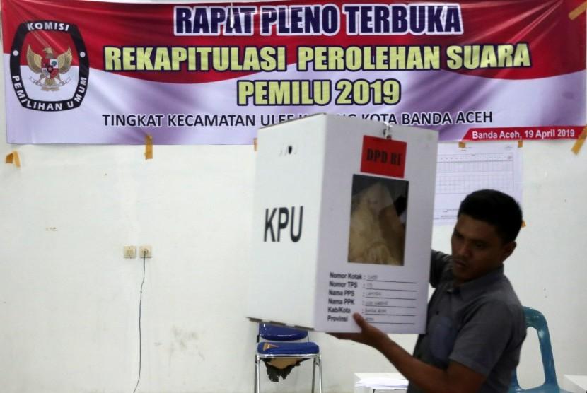 Panitia Pemungutan Suara (PPS) membawa kotak suara untuk dilakukan rekapitulasi pemilihan umum (pemilu) 2019 tingkat kecamatan di Ulee Kareng, Banda Aceh, Aceh, Sabtu (20/4).