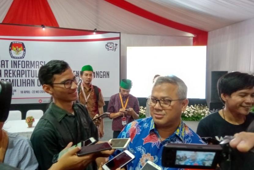 Ketua KPU, Arief Budiman memberikan pernyataan kepada wartawan di Pusat Informasi Penghitungan Suara, Menteng, Jakarta Pusat, Sabtu (20/4).