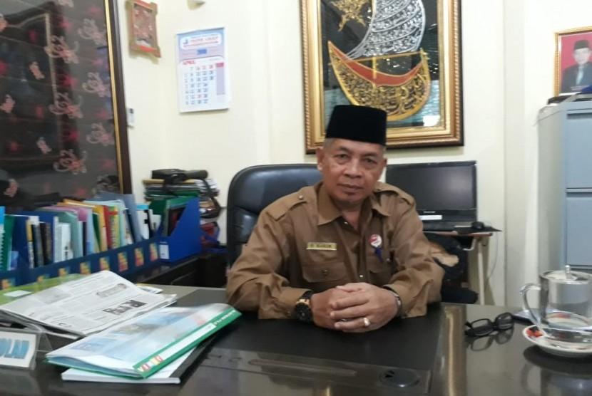 Kepala Sekolah SMP N 1 Padang, Hakim di Kantornya, Senin (22/4).