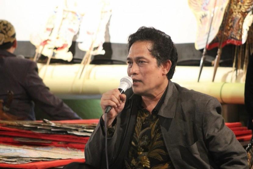 Direktur IKP Kementerian Kominfo RI, Wiryanta saat menghadiri acara sosialisasi program keluarga harapan (PKH) melalui wayang kulit di RRI Semarang, Ahad (21/4) malam.