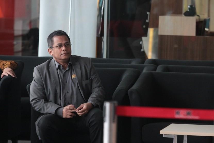 Sekretaris Jenderal (Sekjen) DPR Indra Iskandar menunggu panggilan penyidik saat akan menjalani pemeriksaan di Gedung KPK, Jakarta, Senin (22/4/2019).