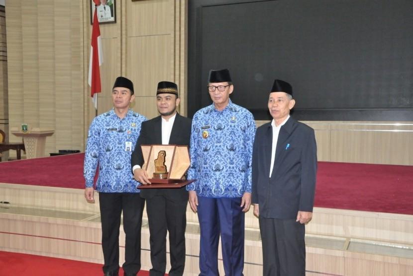 Gubernur Banten Wahidin Halim memberikan 'Kadedudeuh' kepada warga Banten  juara II Musabaqah Tilawatil Qur'an (MTQ) tingkat Internasional 2019,  Qadarasmadi Rasyid dalam cabang Tilawah dan Tartil yang digelar di Kuwait,  Arab Saudi. Senin (22/4)
