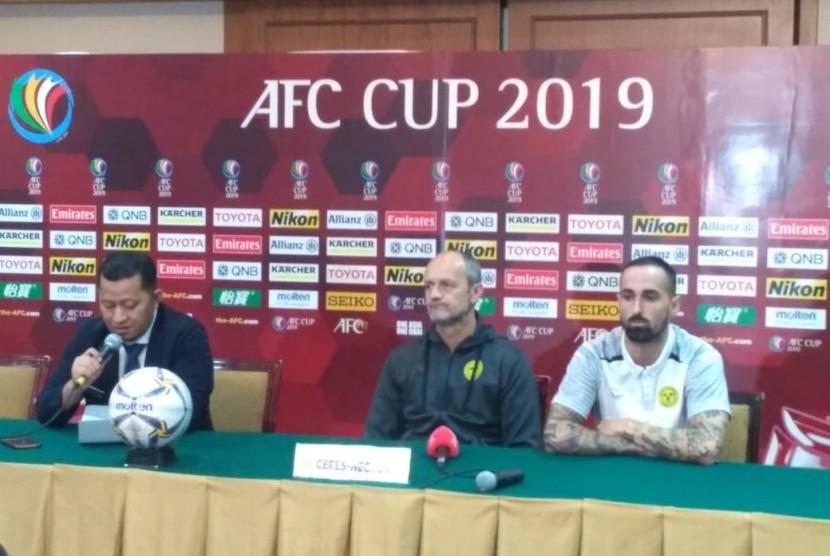 Pelatih Ceres Negros, Risto Vidakovic dan pemain, Manuel Super Herrera saat konferensi pers jelang laga di Hotel Sultan, Jakarta pada Senin (22/4).