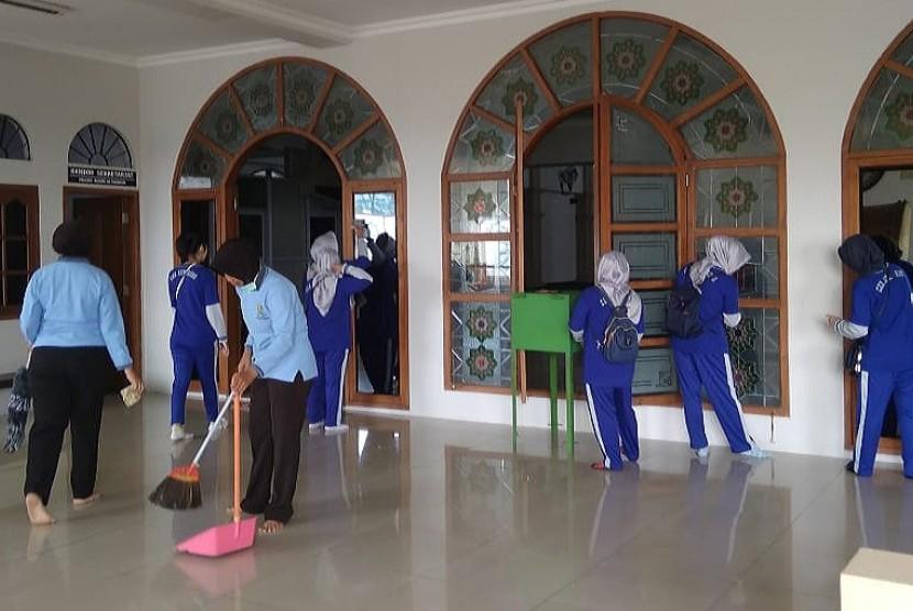 Sejumlah anggota Polwan dan Bhayangkari Polres Semarang membersihkan masjid agung Manarul Mabrur IPHI Kabupaten Semarang, Selasa (23/4). Kegiatan ini dilaksanakan dalam rangka menyambut Hari Kartini dan menyambut bulan suci Ramadhan.