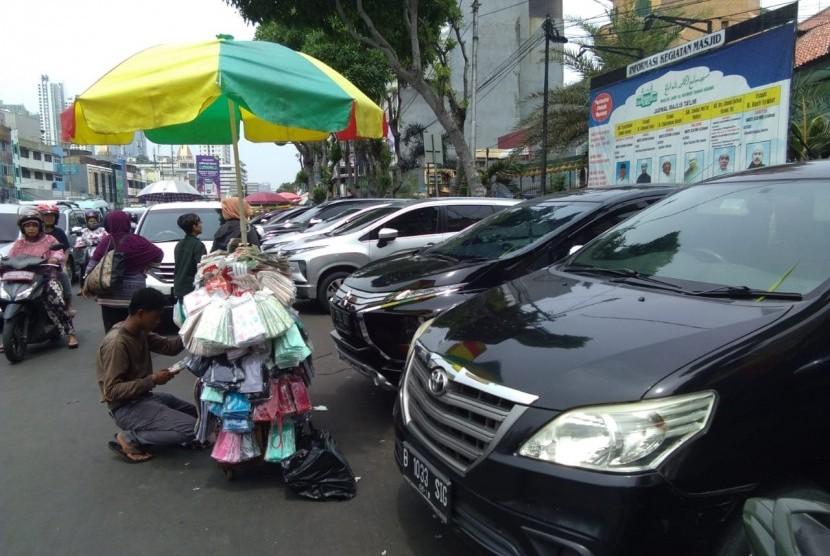 Sejumlah sepeda motor dan mobil berjejer di bahu jalan, tepatnya di Jalan KH Mas Mansur, Tanah Abang, Jakarta Pusat.