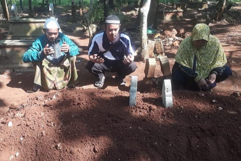 Sejumlah kerabat masih mendoakan almarhum Nasokha (55) di pemakaman, Selasa (23/4). Ketua KPPS di TPS 09 Desa Gondoriyo, Kecamatan Bergas, Kabupaten Semarang, meninggal dunia akibat kelelahan
