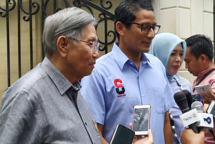 (Dari kiri) Pakar ekonomi Kwik Kian Gie, calon wakil presiden Sandiaga Salahuddin Uno, dan istri Sandiaga, Asia Nur Uno menemui wartawan di depan kediaman Sandiaga di Kebayoran Baru, Jakarta, Selasa (23/4).
