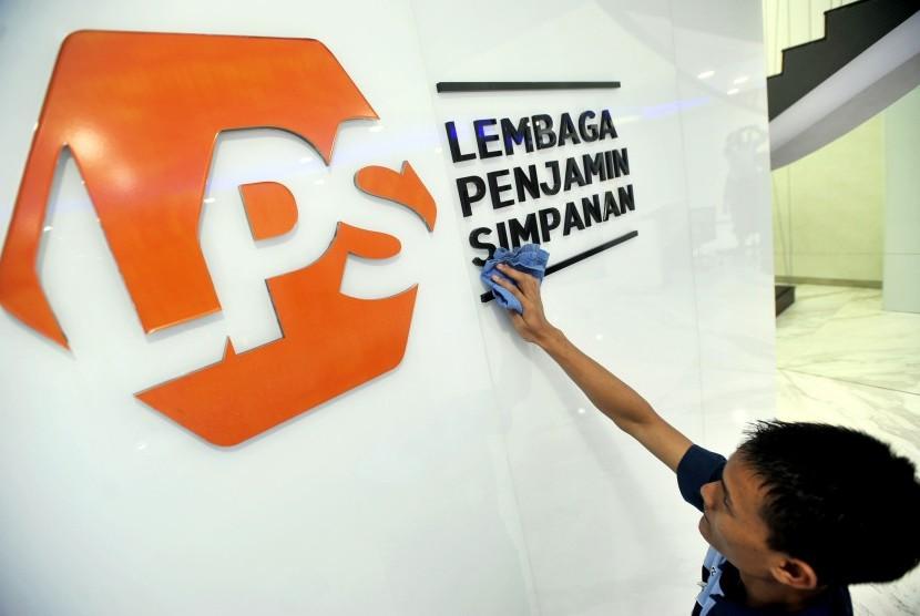 Karyawan membersihkan logo baru Lembaga Penjamin Simpanan (LPS) di Jakarta. Lembaga Penjamin Simpanan (LPS) telah memangkas suku bunga simpanan selama tiga tahun terakhir ini. Adapun penurunan suku bunga simpanan ini seiring dengan penurunan tingkat bunga penjaminan LPS dan BI-7 Days Reverse Repo Rate.