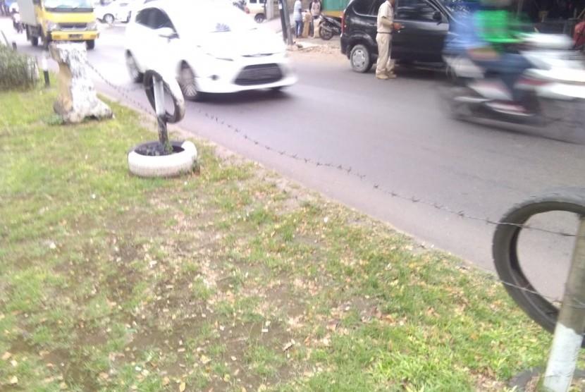Pagar taman yang ada di Jalan I Gusti Ngurah Rai, Duren Sawit, Jakarta Timur kondisinya hampir rubuh.