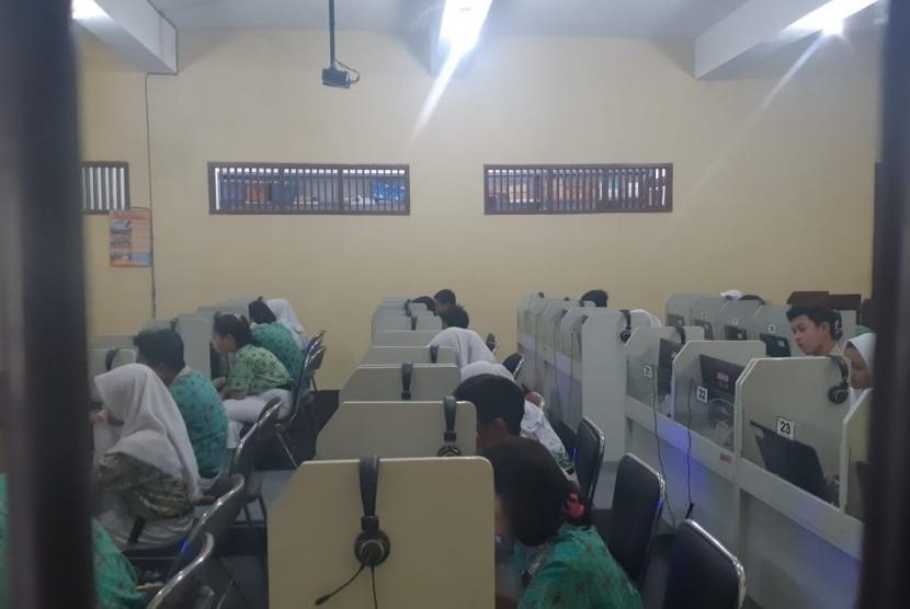 Pelaksanaan Ujian Nasional Berbasis Komputer (UNBK) di SMP Negeri 10 Solo, Rabu (24/4).