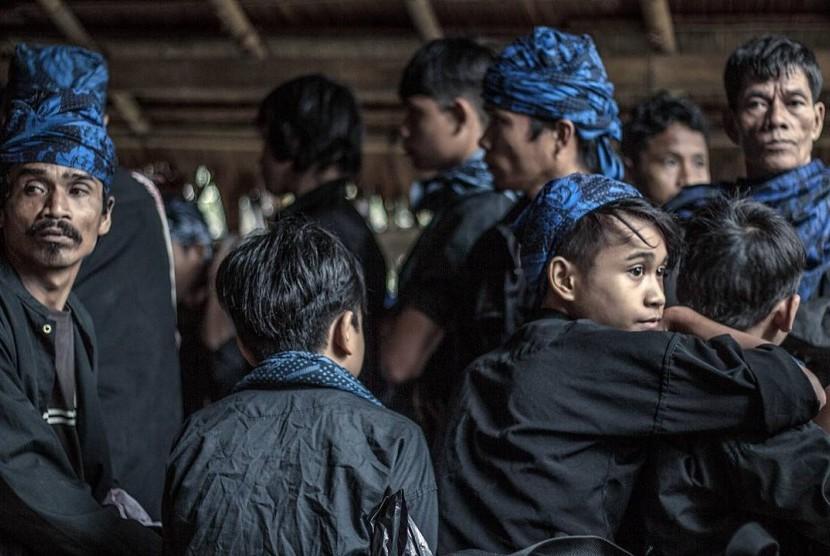 Warga Baduy saat melakukan prosesi tradisi 'Seba Baduy' tahun 2018 lalu. Terlihat warga 'Baduy dalam' memakai pakaian serba putih dan 'Baduy luar' yang mengenakan pakaian hitam dan kain kepala biru.