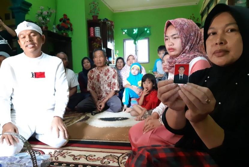 Ketua DPD Golkar Jabar Dedi Mulyadi, saat menyambangi keluarga petugas KPPS yang meninggal dunia di Kabupaten Purwakarta, Rabu (24/4)