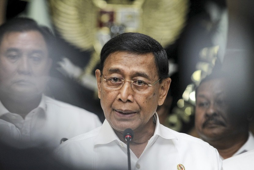 Menko Polhukam Wiranto memberikan keterangan pers seusai rapat koordinasi khusus (Rakorsus) tingkat menteri di Kemenko Polhukam, Jakarta, Rabu (24/4/2019).