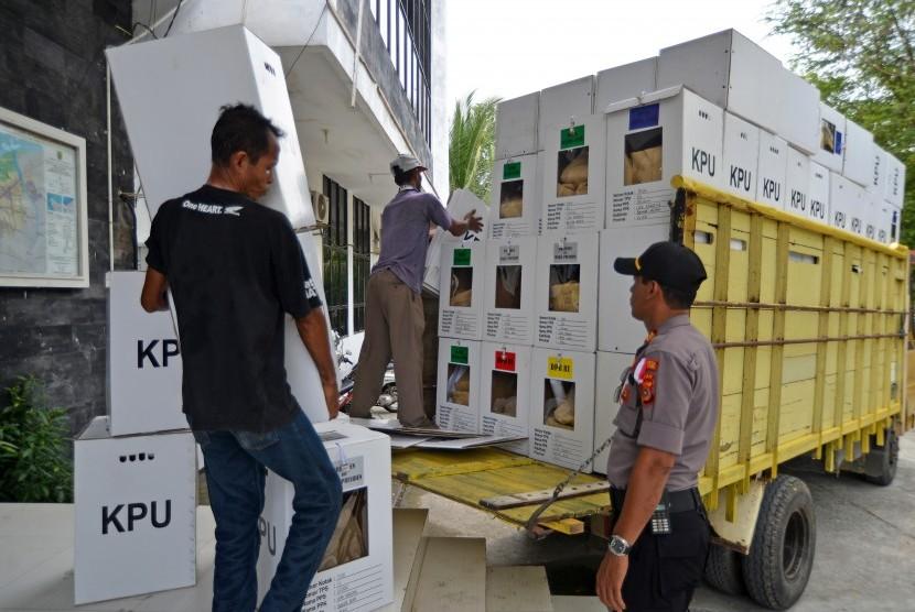 [Ilustrasi] Pekerja mengangkut logistik surat suara Pemilu 2019 hasil rekapitulasi tingkat kecamatan saat proses pemindahan dari Panitia Pemilihan Kecamatan.