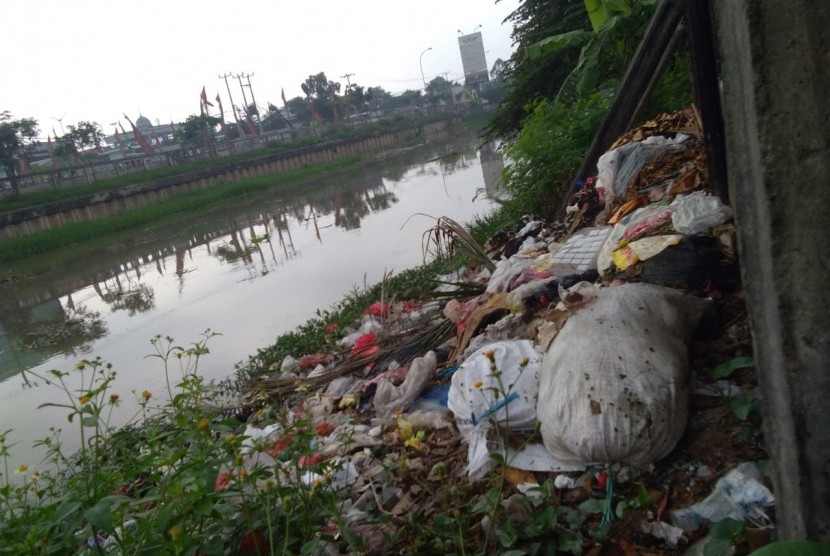 Warga membuang sampah sembarangan di Sepanjang aliran sungai Kalimalang di Jalan KH Noer Ali,  Tambun Selatan, Kabupaten Bekasi