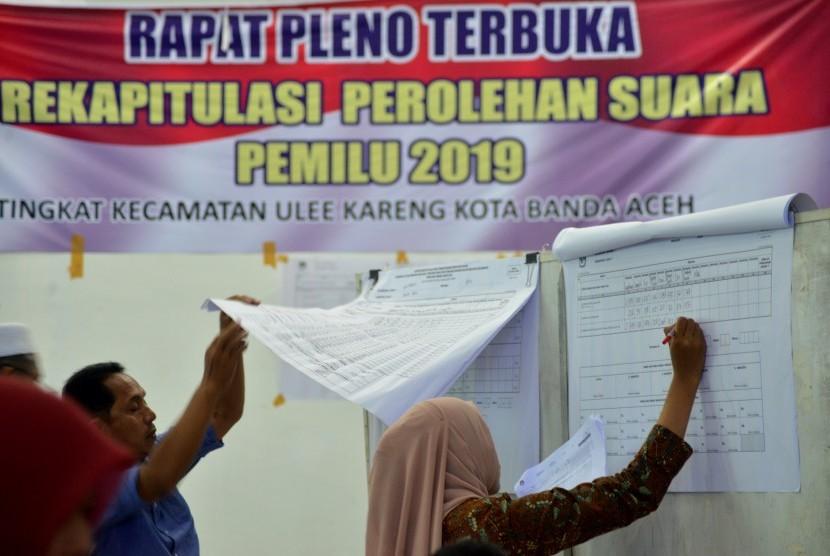 Petugas Panitia Pemilihan Kecamatan (PPK) melakukan rekapitulasi surat suara Pemilu 2019 saat sidang pleno terbuka di Panitia Pemilihan Kecamatan, Desa Pango, Kecamatan Ulee Kareueng, Banda Aceh, Rabu (25/4/2019).
