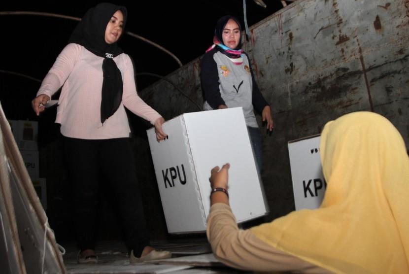 Pekerja menurunkan logistik surat suara pemilu 2019 hasil rekapitulasi tingkat kecamatan di gudang KPU Daerah Kendari, Kendari, Sulawesi Tenggara, Kamis (25/4/2019).