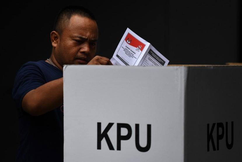 Warga menggunakan hak politiknya ketika mengikuti Pemungutan Suara Ulang (PSU) Pemilu 2019.