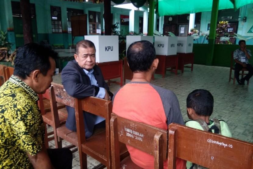 Wakil Gubernur Sumbar Nasrul Abit saat memantau beberapa TPS di Kota Padang yang melaksanakan Pemungutan Suara Ulang hari ini, Sabtu (27/4)|