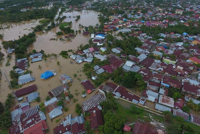 Foto udara kawasan terdampak banjir di perumahan kawasan Balai kota, Bengkulu, Sabtu (27/4/2019).