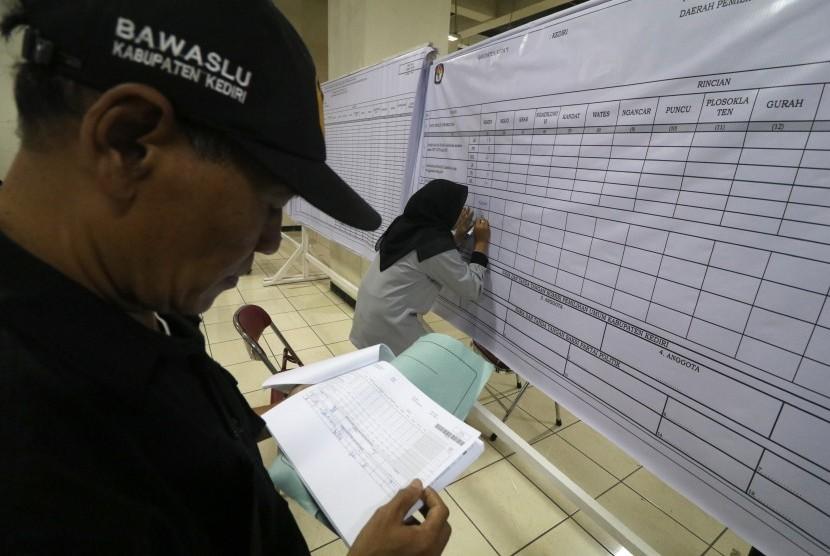 Petugas KPU melakukan rekapitulasi suara Pemilu 2019 tingkat kabupaten disaksikan petugas Bawaslu di Monumen Simpang Lima Gumul Kediri, Jawa Timur, Senin (29/4/2019).
