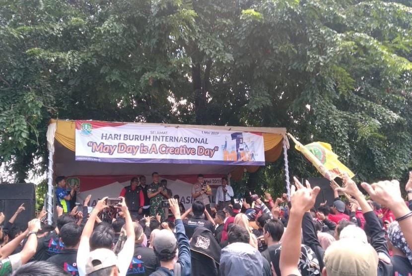 Sejumlah buruh di Kota Bekasi sedang menyampaikan aspirasinya di Alun-Alun Kota Bekasi di Jalan Veteran, Marga Jaya, Bekasi Selatan, Rabu (1/5). Aksi itu dilaksanakan untuk merayakan Hari Buruh Internasional atau May Day.