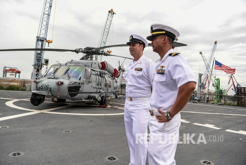 Personel angkatan laut Amerika Serikat berada di atas kapal komando USS Blue Ridge (LCC-19) yang bersandar di dermaga JICT 2, Pelabuhan Tanjung Priok, Jakarta, Rabu (1/5/2019).