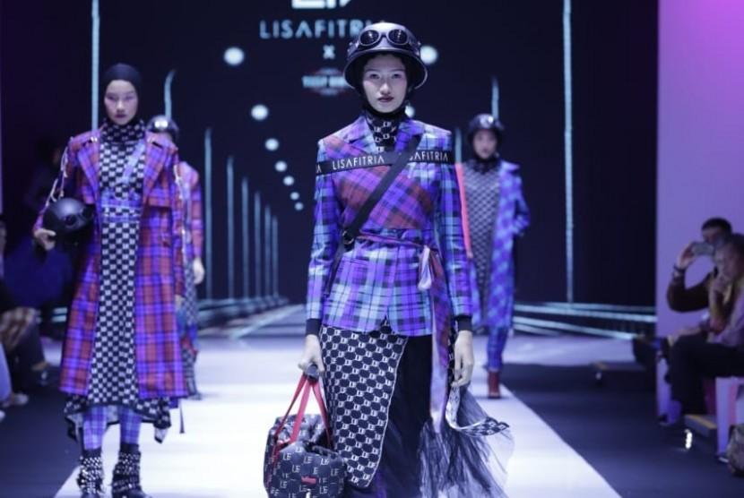 Koleksi 'Lady Rider' oleh desainer Lisa Fitria dalam pembukaan Muslim Fashion Festival (Muffest) 2019 di JCC Senayan, Jakarta Pusat, Rabu (1/5).