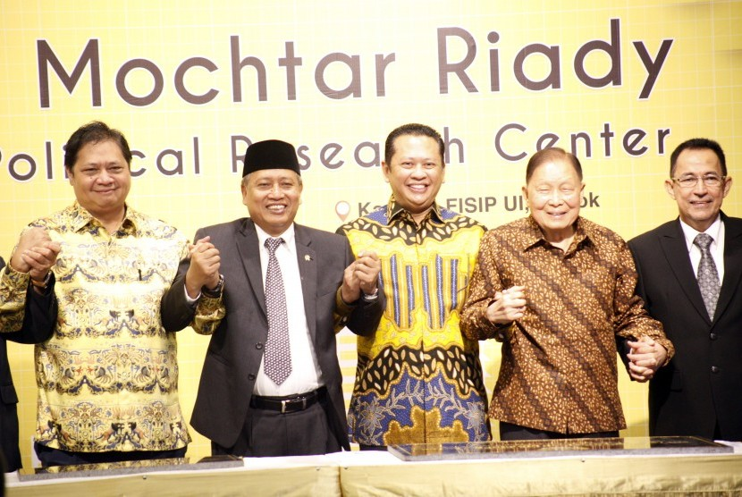 Menteri Riset Teknologi dan Pendidikan Tinggi Mohamad Nasir (kedua kiri), Pengusaha Mochtar Riady (kedua kanan), Rektor UI Muhammad Anis (kanan), Menteri Perindustrian Airlangga Hartarto (kiri) dan Ketua DPR Bambang Soesatyo (tengah) berjabat tangan usai meresmikan Gedung Mochtar Riady FISIP Universitas Indonesia (UI), Depok, Jawa Barat, Kamis (2/5/2019)