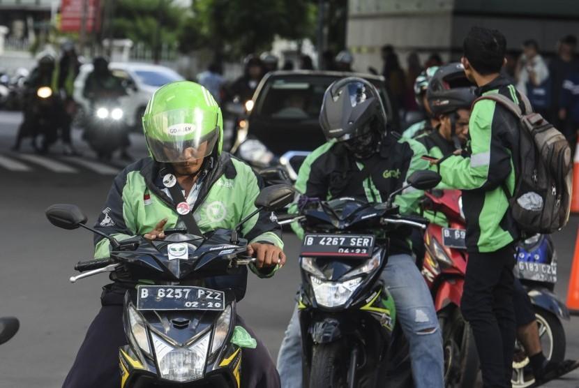 Pengendara ojek daring menunggu calon penumpang di Jakarta, Kamis (2/5/2019).
