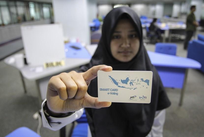 Petugas menunjukkan kartu pintar saat simulasi pemungutan suara secara elektronik (E-Voting) di gedung Badan Pengkajian dan Penerapan Teknologi (BPPT), Jakarta, Jumat (3/5/2019).